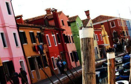 Casas de colores en los canales de Burano