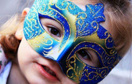 Probando una máscara en Venecia