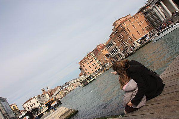 Admirando los canales de Venecia