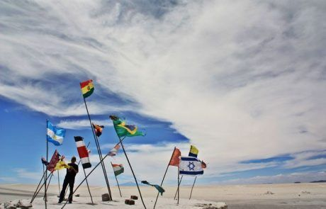 Isla con banderas en el Salar de Uyuni