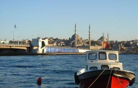 Barca en el puerto de Estambul en Turquía