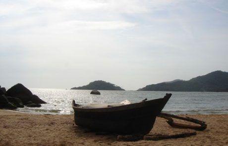 Barca en la playa de Goa en La India