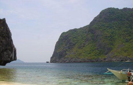 Barca en playa paradisíaca en el Nido