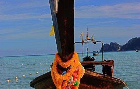 Barca en la isla de Kho Phi Phi de Tailandia