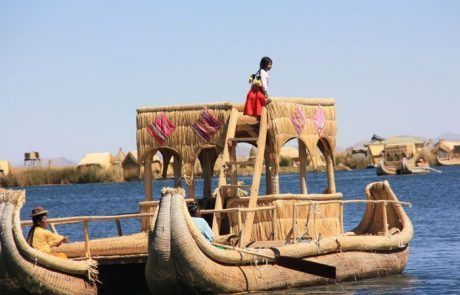 Barca navegando en el lago Titicaca en Perú