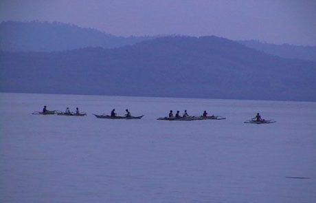 Barcas en la isla de Corón al amanecer