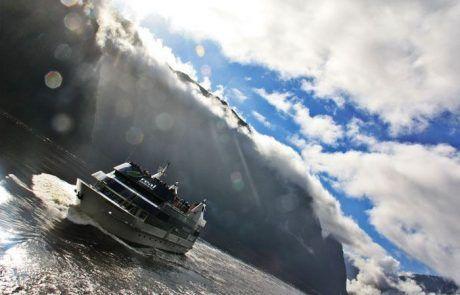 Barco que recorre los fiordos de Milford Sound en Nueva Zelanda