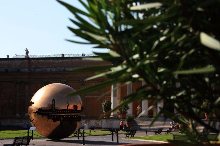 Bola de oro en el patio del museo del vaticano