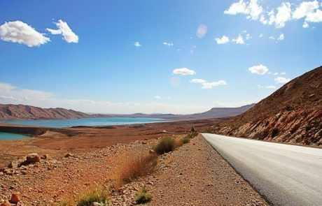 Bonita carretera recorriendo Marruecos en coche
