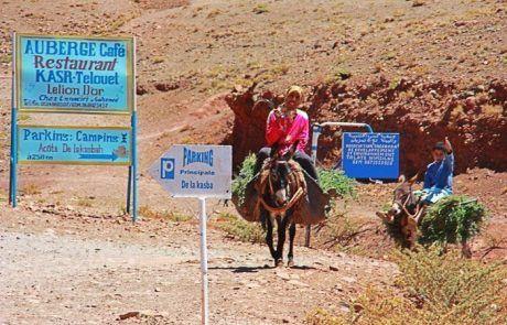 Ganaderos en burro llegando a Telouet, Marruecos
