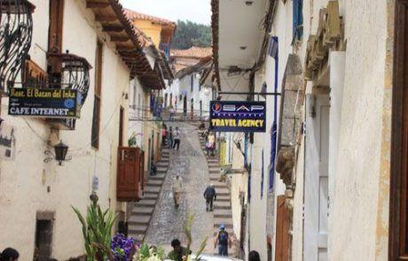 Calle empinada de Cuzco