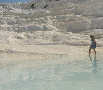 Caminando en piscina natural de Pamukkale en Turquía
