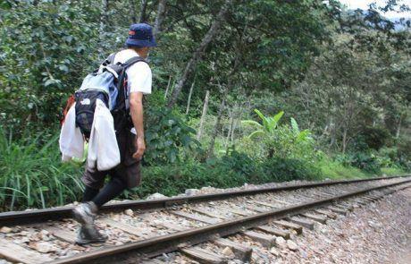 Caminando por las vías del tren durante el trekking del Salkantay