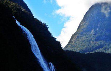 Espectacular cascada en los fiordos de Milford Sound en Nueva Zelanda