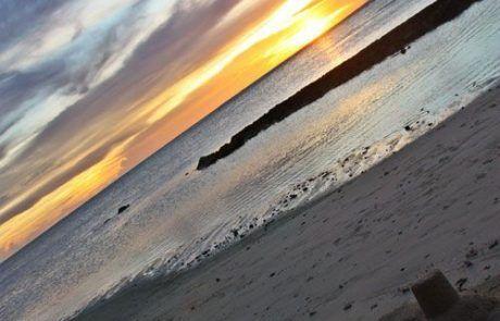 Castillo de arena en playa al atardecer en Moorea
