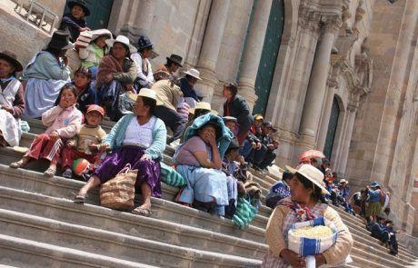 Gente sentada en las escaleras de la Catedral de Sucre