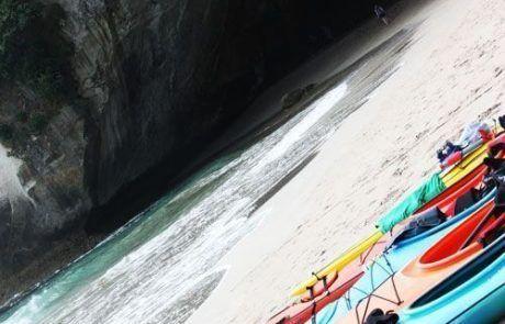 playa de Cathedral Cave en Península de Coromandel, Nueva Zelanda