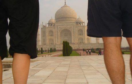 De pie contemplando el Taj Mahal en Agra