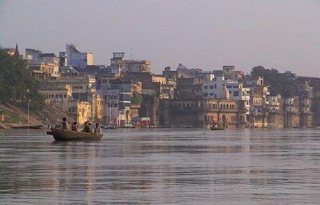 El río Ganges a su paso por Varanasi en La India