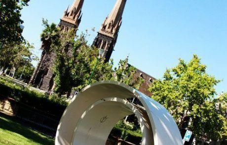 Escultura frente a la catedral de St Patyricks, Melbourne
