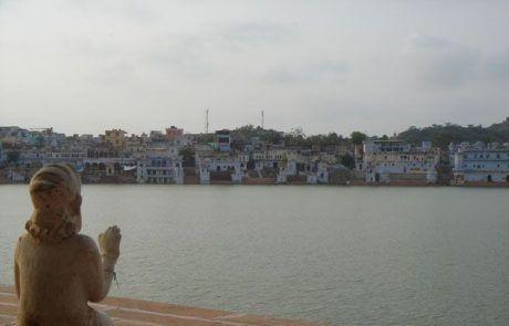 Estatua mirando al lago de Pushkar