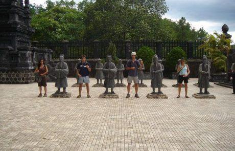 Figuras de guerreros en la ciudad imperial de Hué