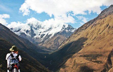 Fotografiando paisaje montaña durante el trekking Salkantay