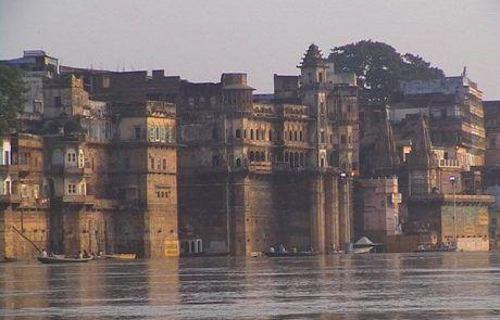 Ghats en el río ganges a su paso por Varanasi