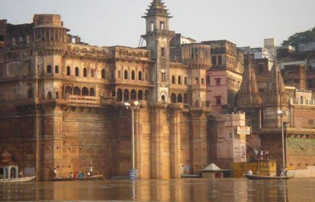 Ghats en la ciudad sagrada de Varanasi en la India