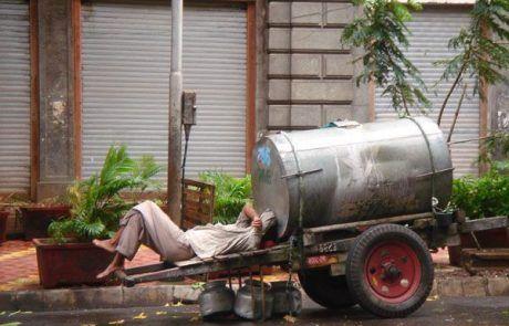 Hombre descansando en su carreta en Nueva Delhi