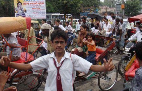 Hombre indio controlando el tráfico de Nueva Delhi