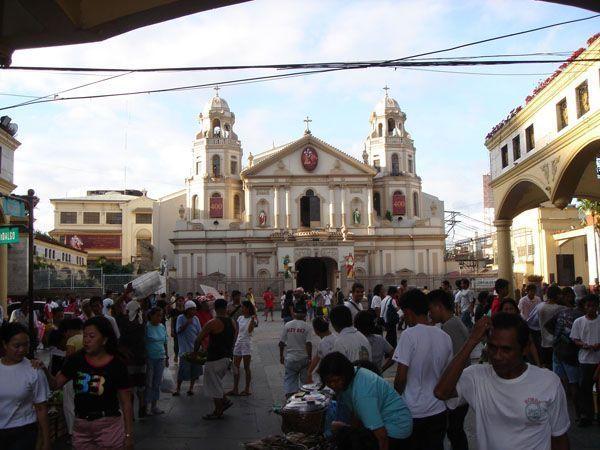 Multitud en la plaza de la iglesia de Quiapo en Manila