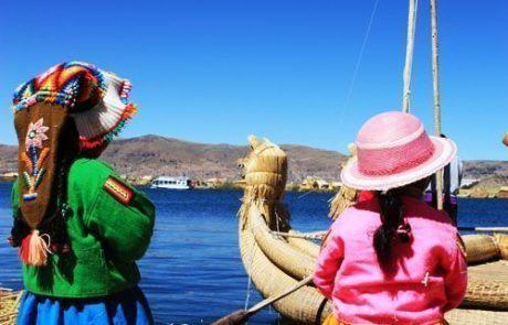 Las islas flotantes Uros en el lago Titicaca en Perú