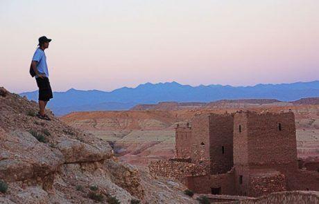 Javi contemplando la kasbah de Ait Benhaddou