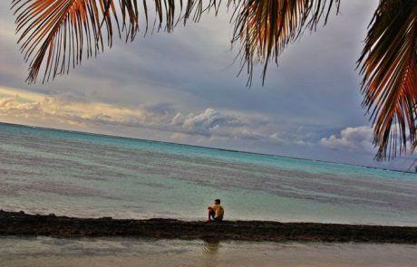 Javi sentado en playa de Moorea