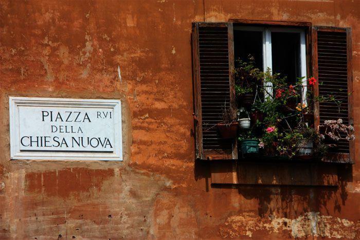 Bonito letrero y balcón en la plaza de Chiesa Nuova