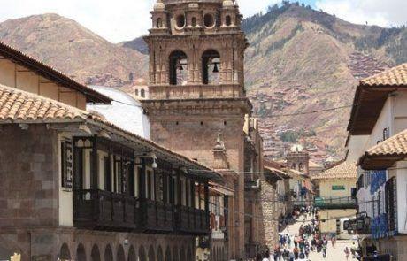 Niños protestando en una calle de Cuzco