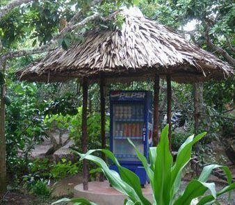Máquina de cocacola bajo techo en el delta del río Mekong