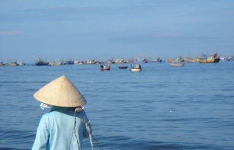 Mujer paseando en la bahía de Mui Né