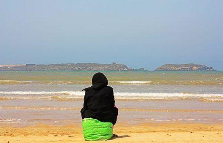 Mujer en la playa de Essaouira, Marruecos
