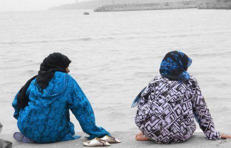 Mujeres charlando en la bahía de Essaouira