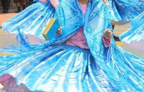Mujeres bailando en las calles de Lima