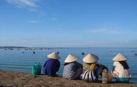 Mujeres charlando en la bahía de Mui Ne