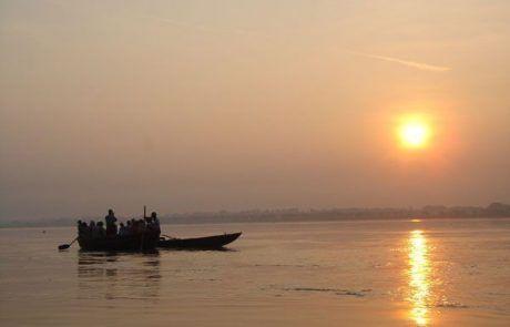 Navegando por el río Ganges al atardecer en Varanasi