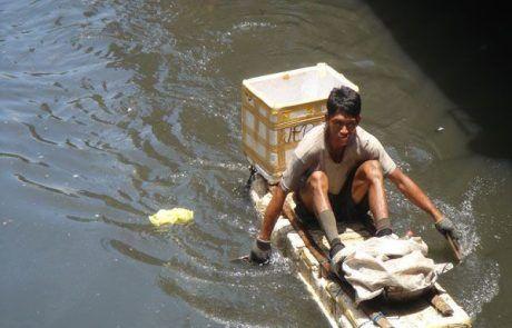 Hombre navegando por los canales de Manila