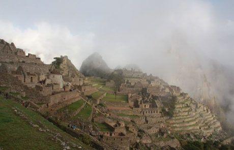 Amanecer con niebla en el Machu Picchu