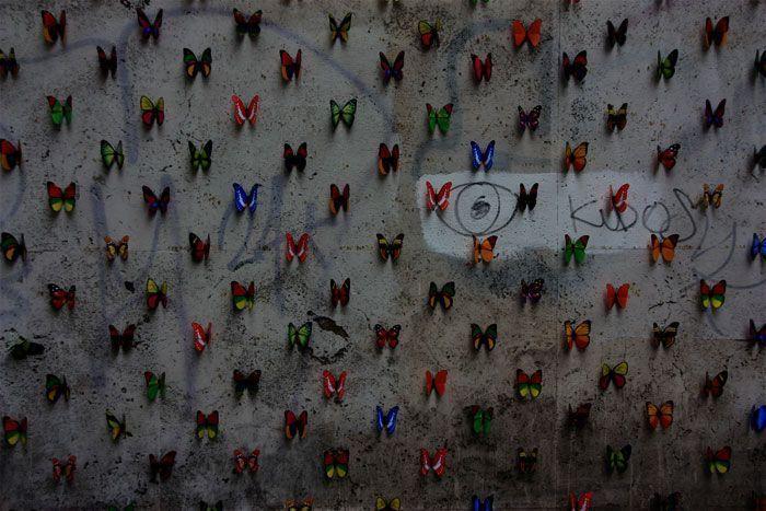 Obra de mariposas en una pared en Roma