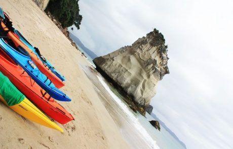 Kayaks en Opito Bay en Península de Coromandel, Nueva Zelanda