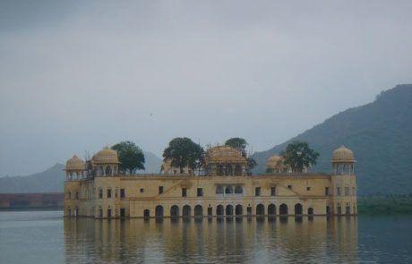 Palacio flotante en el lago de Pushkar