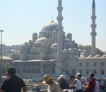 Pescadores en Estambul en Turquía
